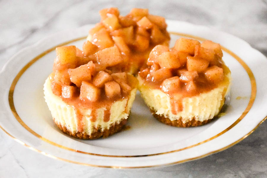 Mino Chesecake with Caramel and apples